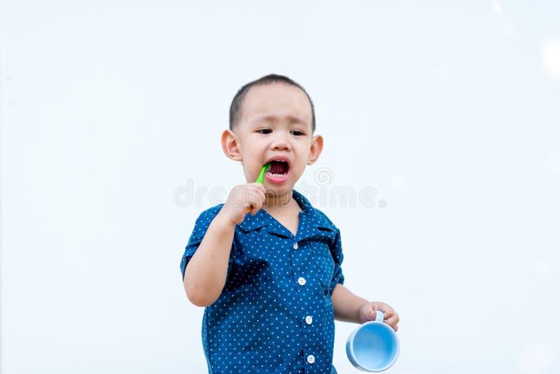 Azjatycka chłopiec szczotkuje zęby obraz stock