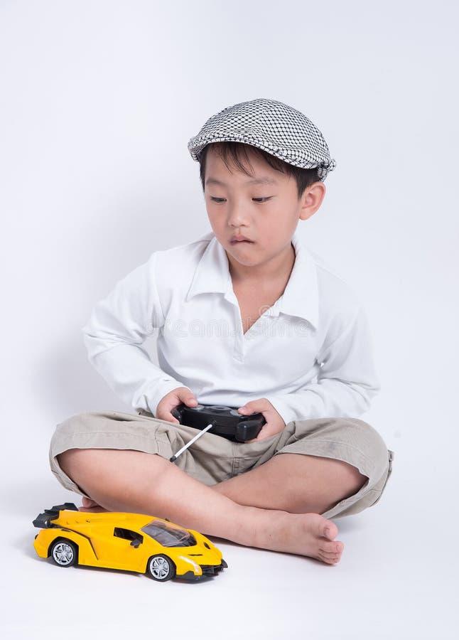 Azjatycka chłopiec sztuki samochodu zabawka obrazy royalty free