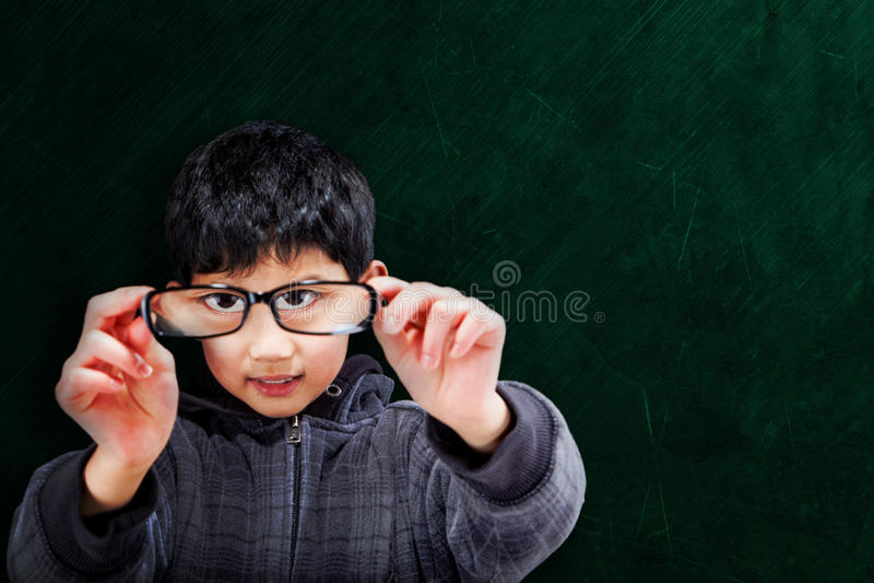 Azjatycka chłopiec Trzyma Up Eyeglasses przy szkołą fotografia royalty free