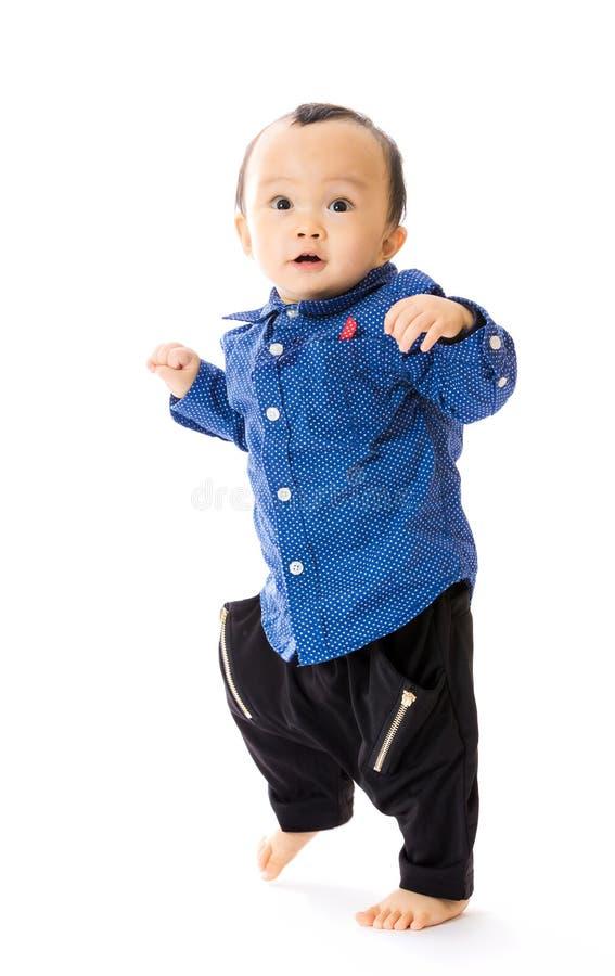 Azjatycka chłopiec uczy się chodzić obraz stock