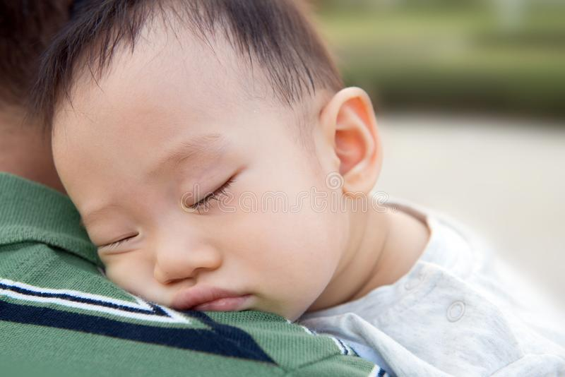 Azjatycka chłopiec z jego ojcem obraz stock