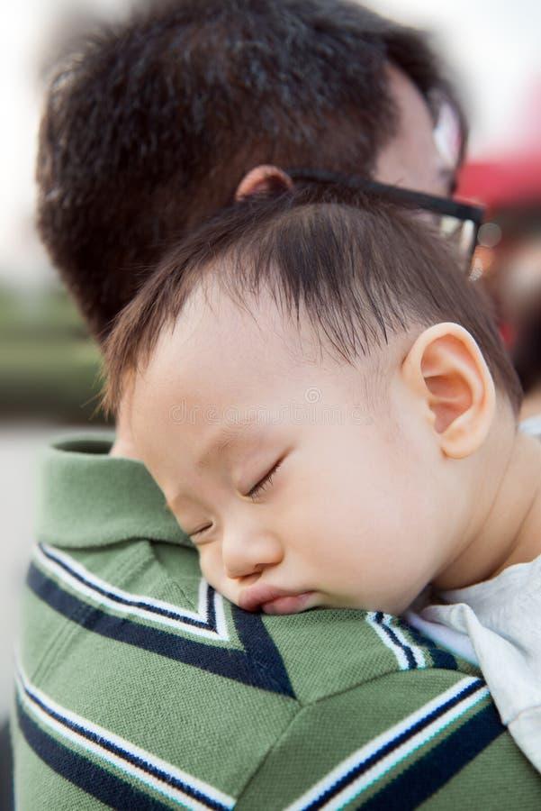 Azjatycka chłopiec z jego ojcem zdjęcia royalty free