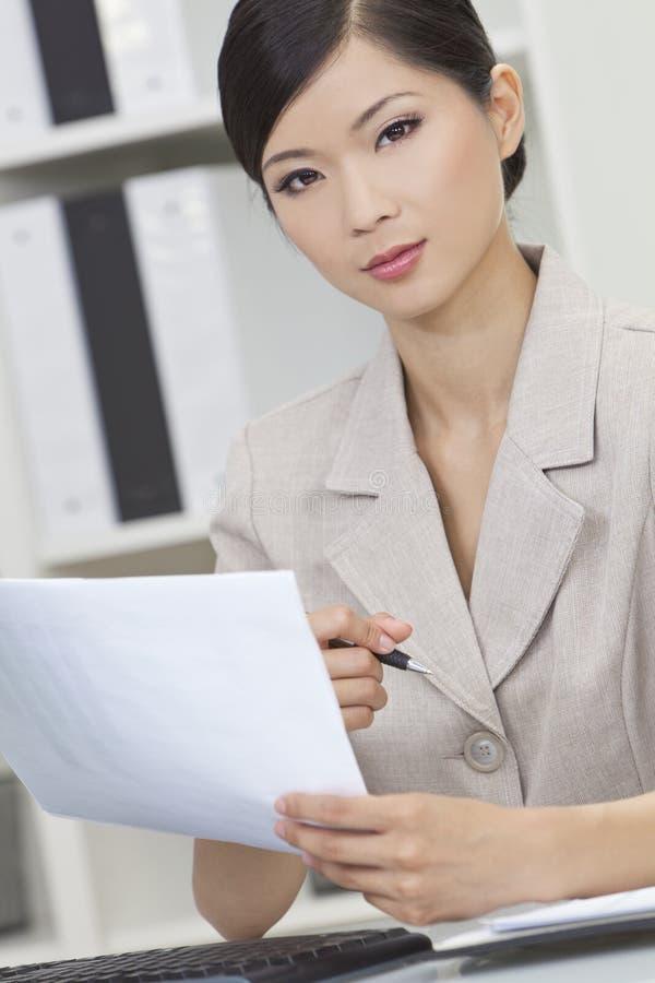 Azjatycka Chińska Kobieta lub Bizneswoman w Biurze zdjęcia stock