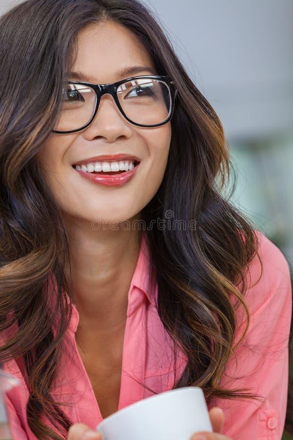 Azjatycka Chińska kobiety dziewczyna Jest ubranym szkła Pije kawę zdjęcia royalty free