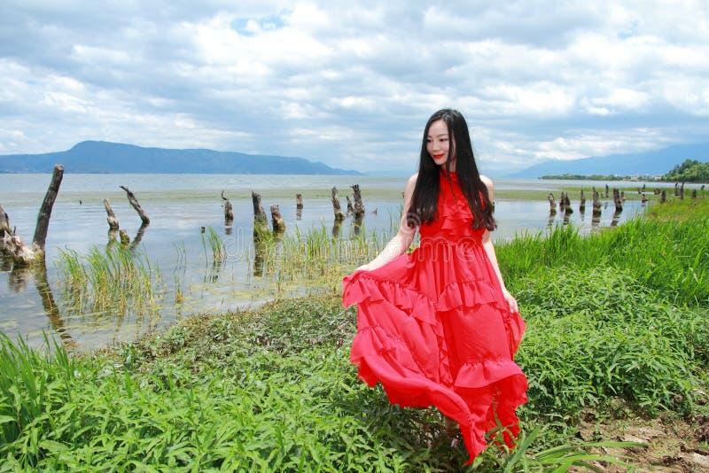 Azjatycka Chińska młodej dziewczyny wycieczka turysyczna przy Yunna, cieszy się pokojowego życie fotografia stock