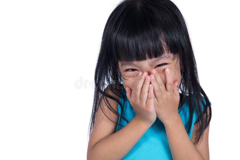 Azjatycka Chińska mała dziewczynka śmia się jej usta i zakrywa obraz stock