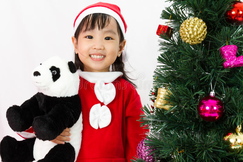 Azjatycka Chińska małej dziewczynki mienia pandy lala pozuje z Christm obraz royalty free