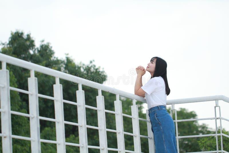 Azjatycka Chińska student uniwersytetu sztuka na boisku fotografia royalty free