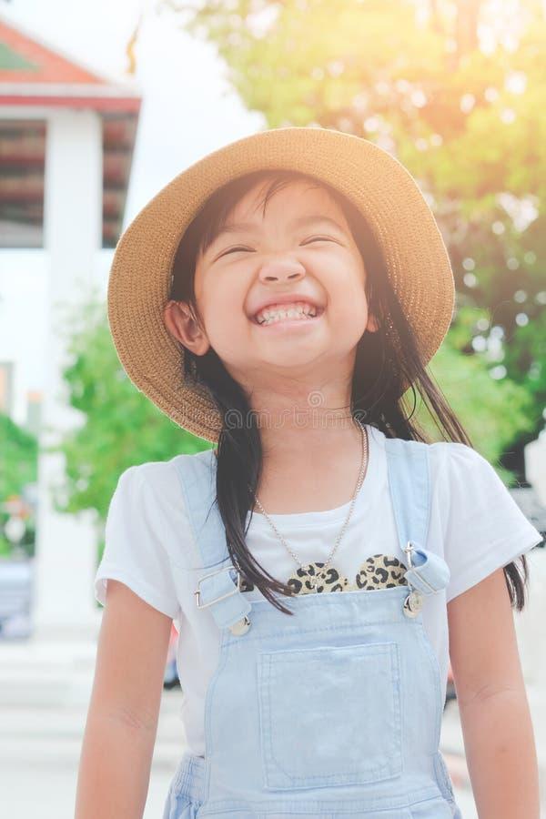 Azjatycka dziecko dziewczyna ono uśmiecha się jaskrawy z szczęściem obrazy stock