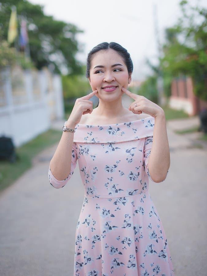 Azjatycka dziewczyna cieszy się jej szczęśliwego czas obrazy royalty free