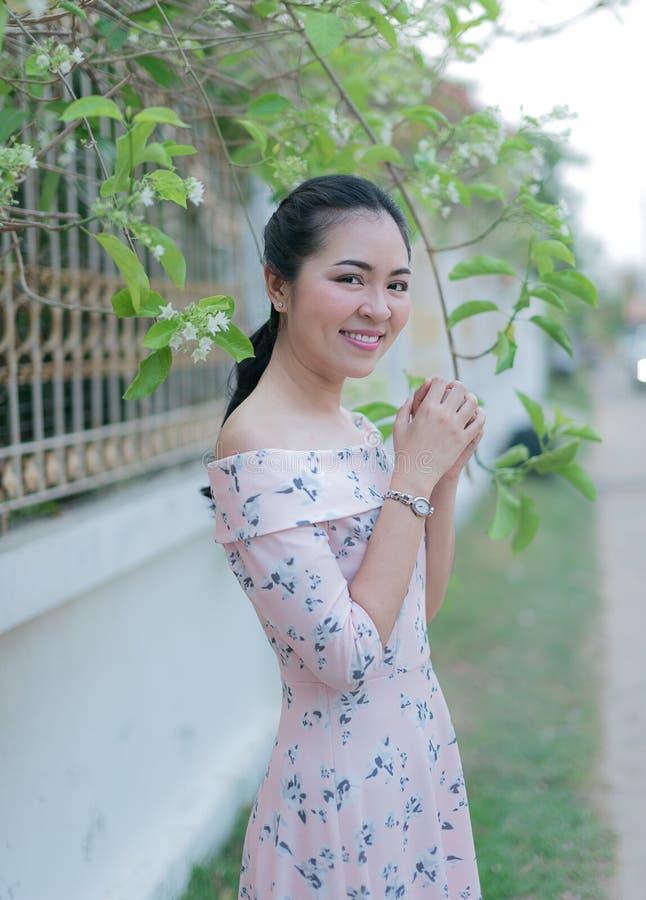 Azjatycka dziewczyna cieszy się jej szczęśliwego czas zdjęcia royalty free