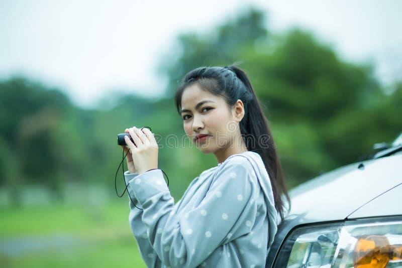 Azjatycka dziewczyna cieszy się ptasiego dopatrywanie lornetkami obraz stock