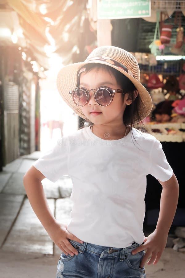 Azjatycka dziewczyna jest ubranym białą koszulki pozy modę obraz royalty free