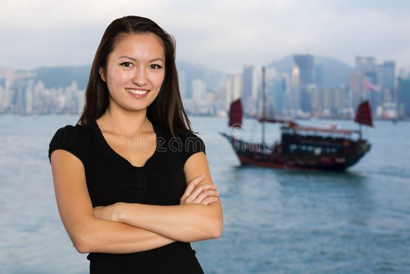 Azjatycka dziewczyna na tle Hong Kong zdjęcie royalty free