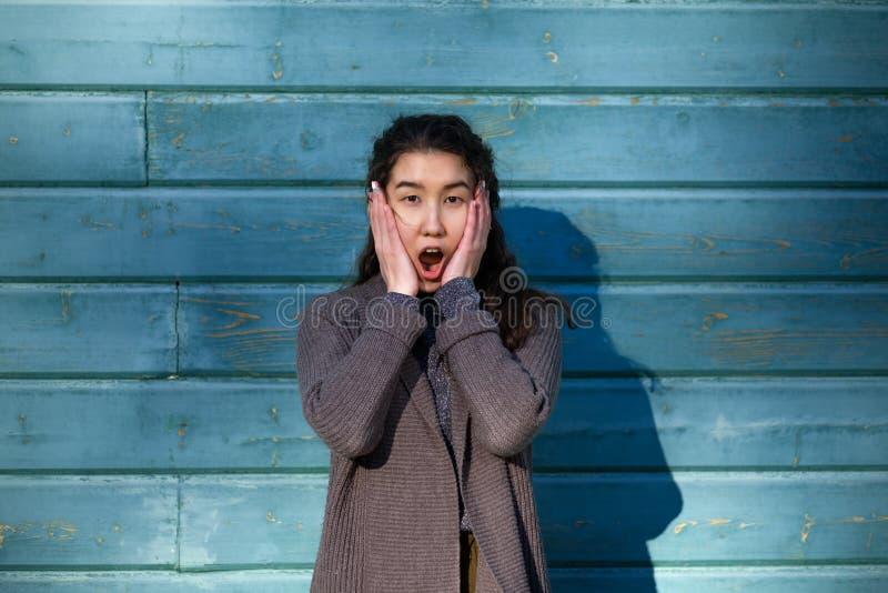 Azjatycka dziewczyna otwiera jej usta w niespodziance zdjęcia royalty free