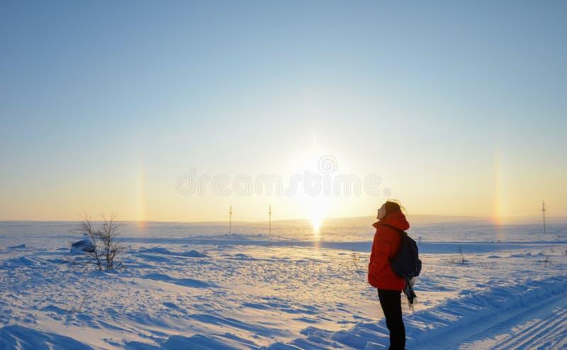 Azjatycka dziewczyna patrzeje tęczę i słońce w Arktycznym zdjęcie royalty free