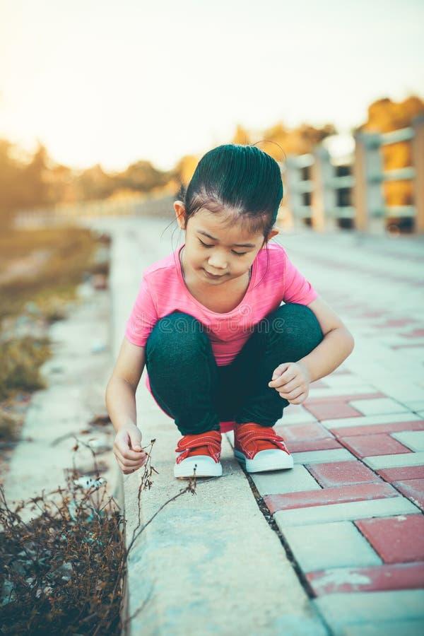 Azjatycka dziewczyna podziwia naturę wokoło jawnego parka, wygodny nastrój Vintag obrazy royalty free