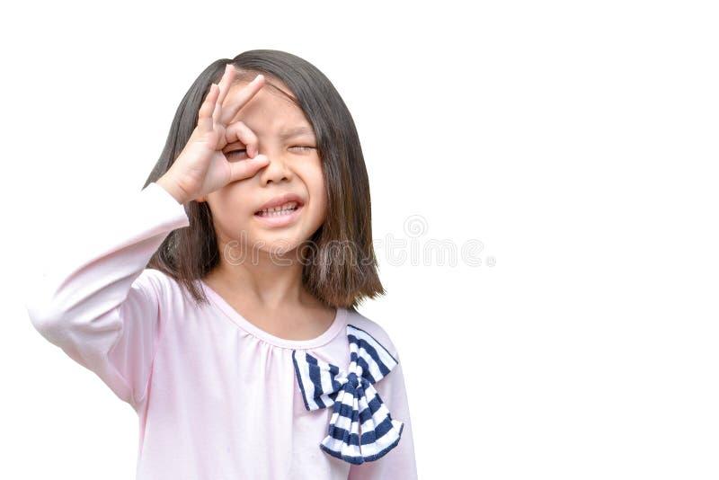 Azjatycka dziewczyna pokazuje jej ręka gesta ok obrazy stock