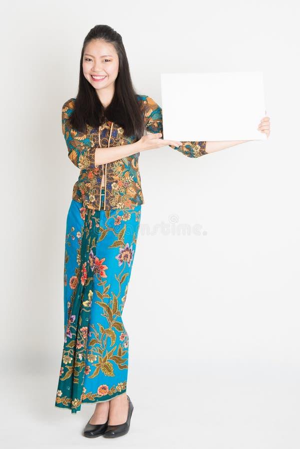 Azjatycka dziewczyna pokazuje plakat zdjęcie royalty free