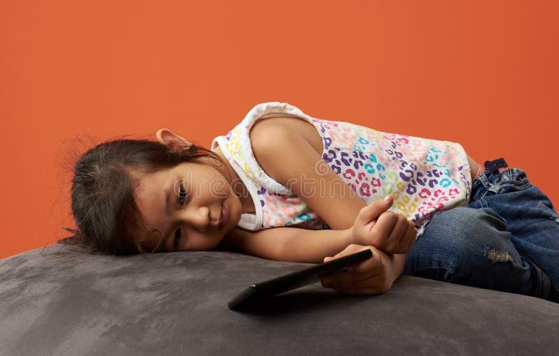 Azjatycka dziewczyna smutna z telefonem zdjęcie stock