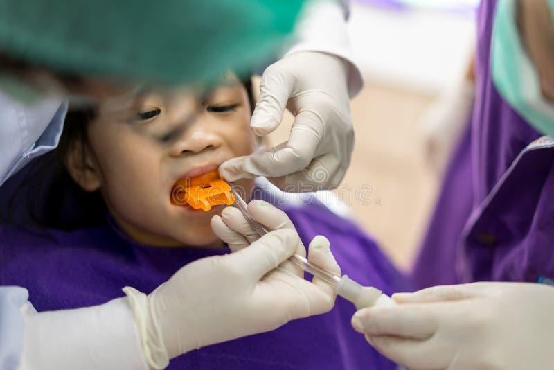 Azjatycka dziewczyna spotykał dentysty dla rutynowego stomatologicznego checkup i fluori fotografia stock
