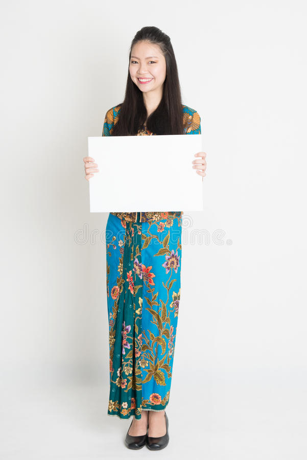 Azjatycka dziewczyna trzyma biel kartę zdjęcia stock