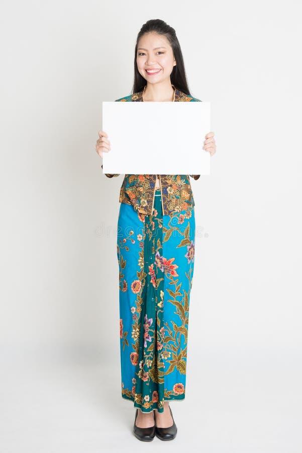 Azjatycka dziewczyna trzyma plakat obraz stock