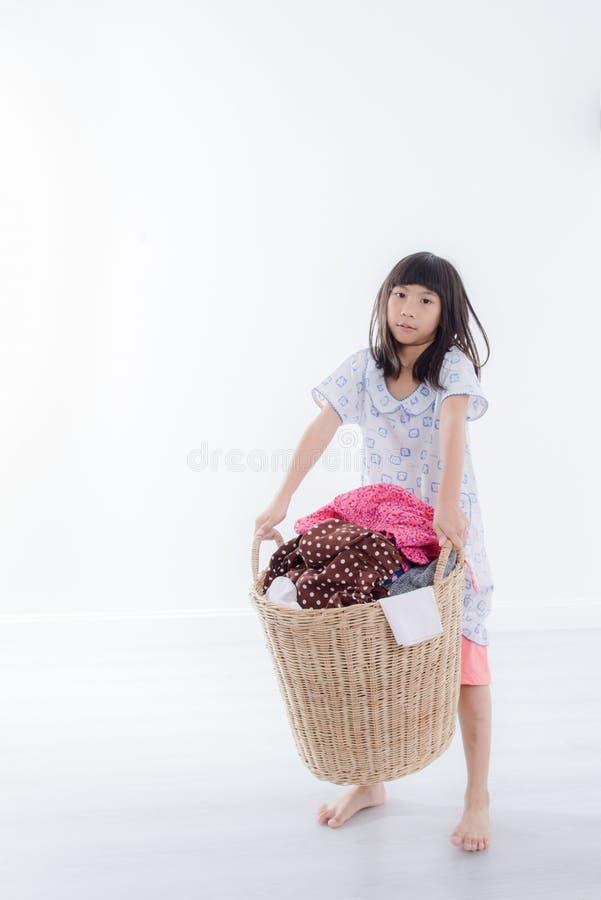 Azjatycka dziewczyna trzyma pralnianego kosz odizolowywający obrazy stock