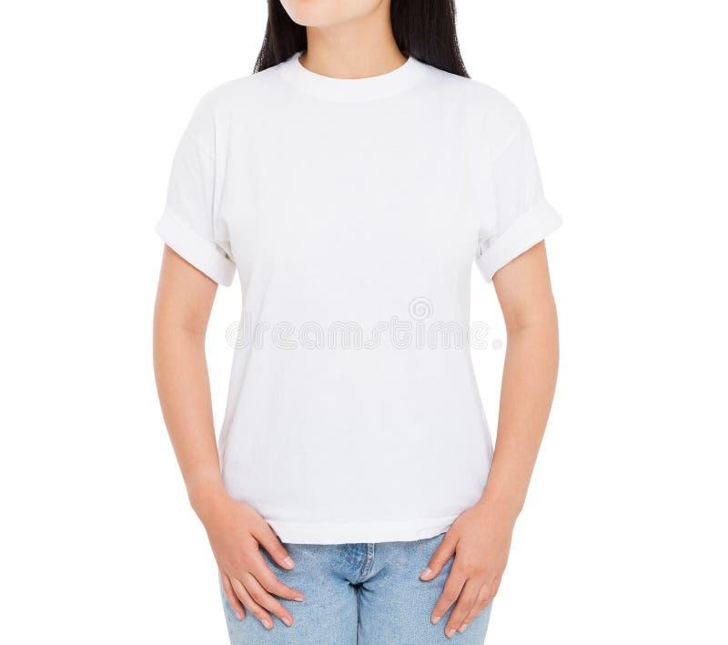 Azjatycka dziewczyna w bielu t pustej koszula odizolowywaj?cej na bia?ym tle - kobiety tshirt mockup fotografia stock