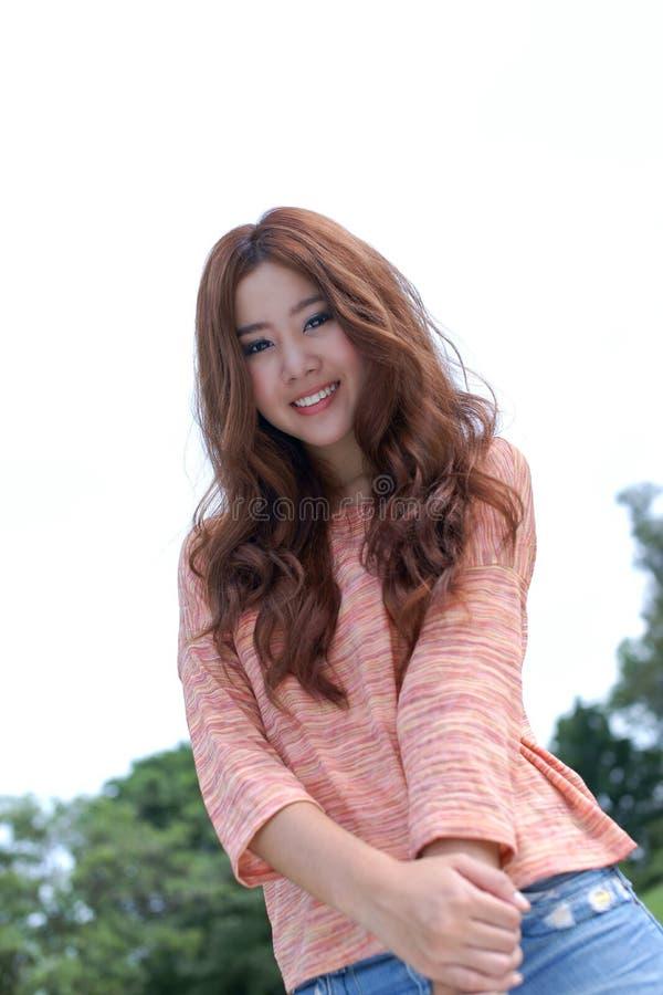 Azjatycka dziewczyna w parku fotografia royalty free