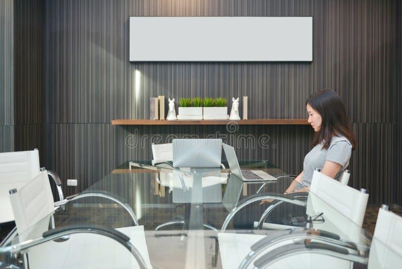 Azjatycka dziewczyna w pokoju konferencyjnym w biznesowym pojęciu z pustego miejsca pic fotografia royalty free
