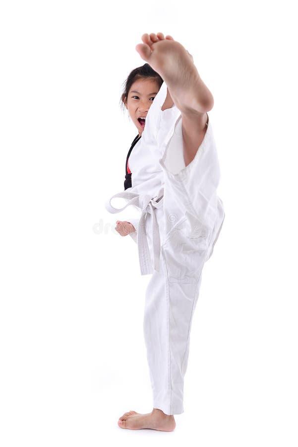 Azjatycka dziewczyny rozciągania noga w sztuki samoobrony praktyki szkolenia kopnięciu obrazy stock