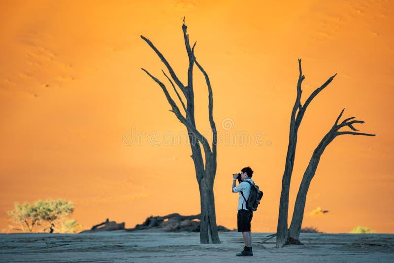 Azjatycka fotograf pozycja w deadvlei, Namibia obraz stock