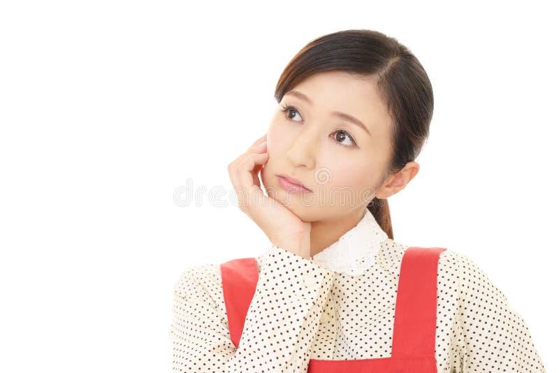 Azjatycka gospodyni domowa kt?ra martwi si? zdjęcie stock