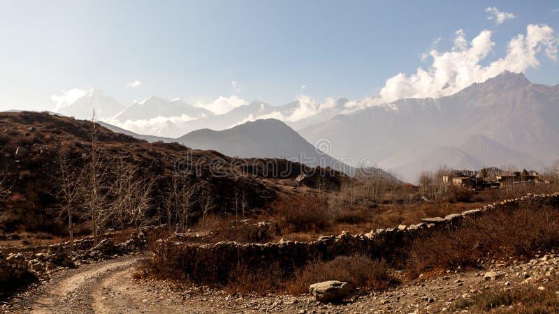 Azjatycka halna mała wioska blisko drogi w jesieni w Niskim mustangu, Nepal, himalaje, Annapurna konserwacji teren zdjęcia stock