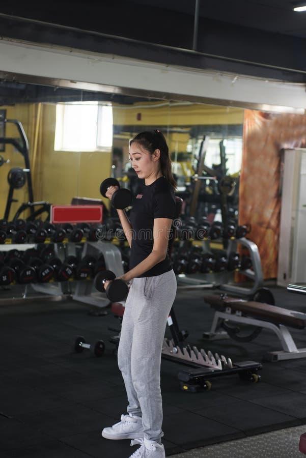 Azjatycka kobieta Ćwiczy Z Dumbbells obraz stock