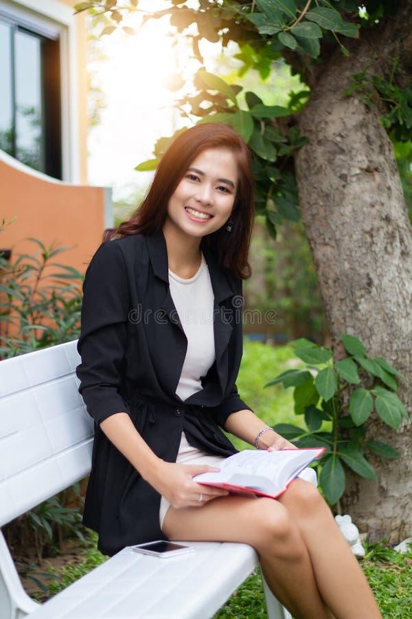 Azjatycka kobieta czyta książkę dla relaksu czasu zdjęcia royalty free