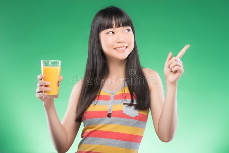 Azjatycka kobieta i sok zdjęcia stock