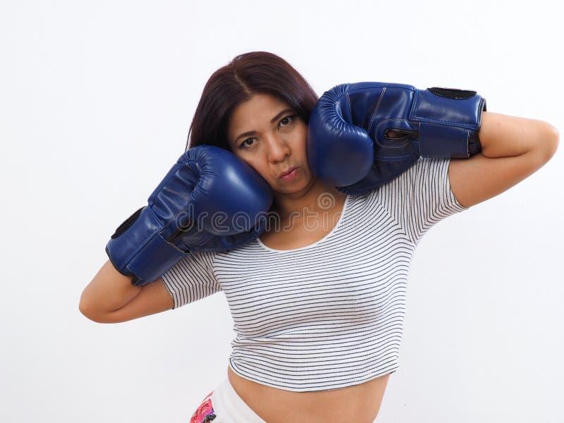 Azjatycka kobieta jest ubranym błękitne bokserskie rękawiczki zdjęcie royalty free