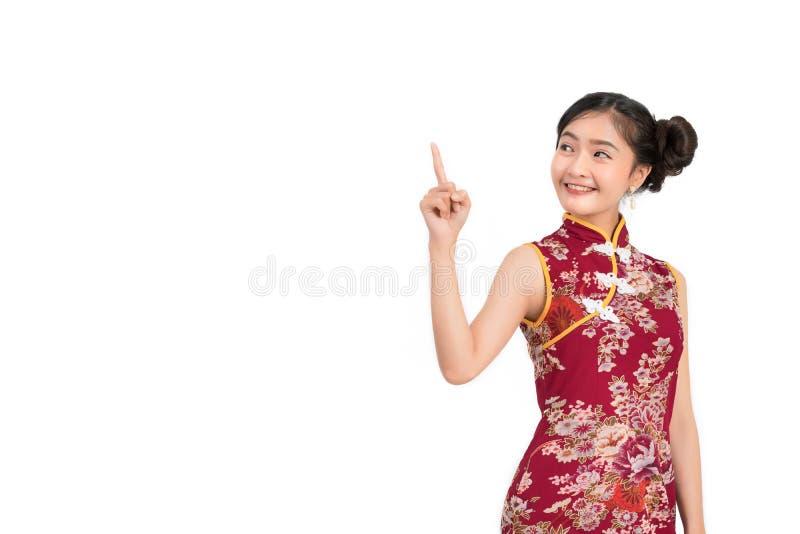 Azjatycka kobieta jest ubranym chińczyk suknię, cheongsam, qipao zdjęcia royalty free