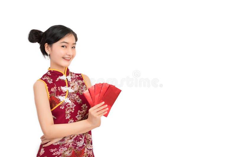 Azjatycka kobieta jest ubranym chińczyk sukni chwyta czerwieni koperty lub cheongsam, qipao obrazy stock