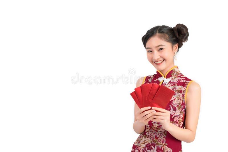 Azjatycka kobieta jest ubranym chińczyk sukni chwyta czerwieni koperty lub cheongsam, qipao zdjęcie stock