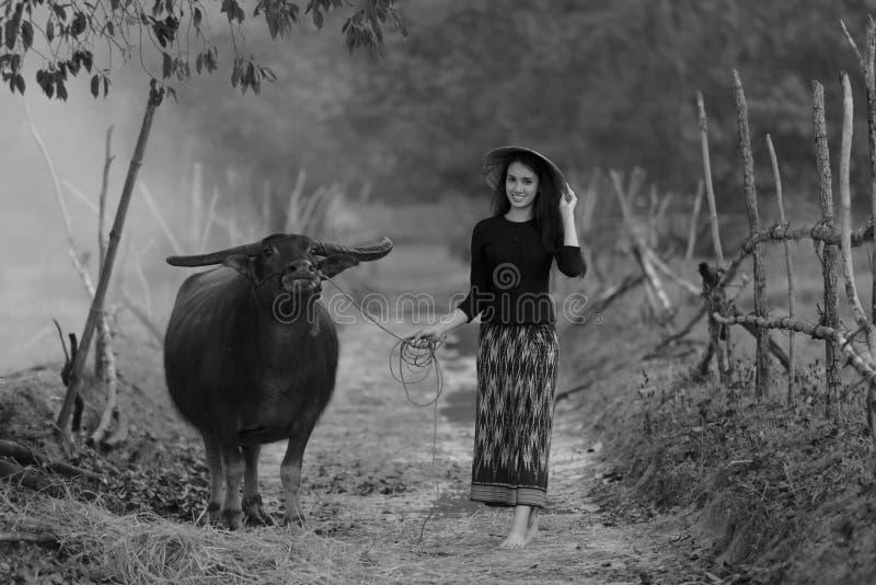 Azjatycka kobieta jest ubranym typową Tajlandzką suknię (Tradycyjną) zdjęcie royalty free