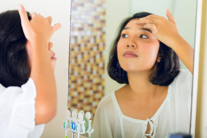 Azjatycka kobieta odkrywa krostę obraz stock