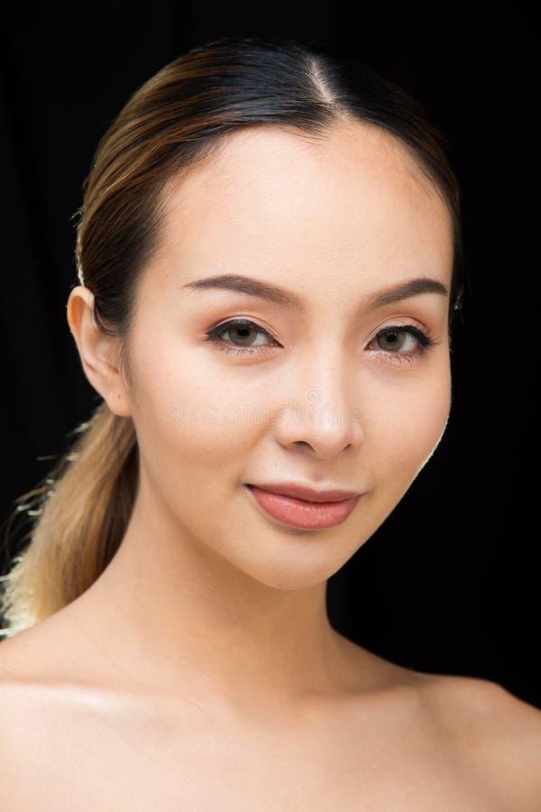 Azjatycka kobieta po stosować uzupełniał włosianego styl zdjęcie stock