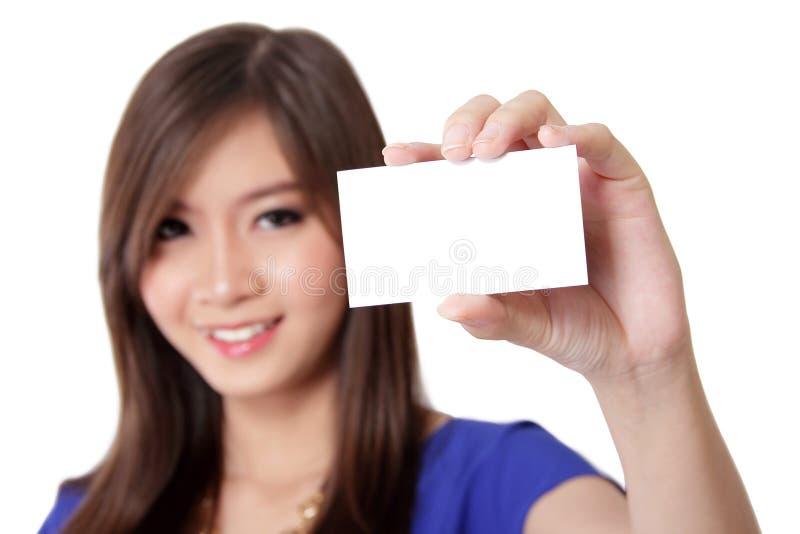 Azjatycka kobieta pokazuje wizytówkę fotografia stock