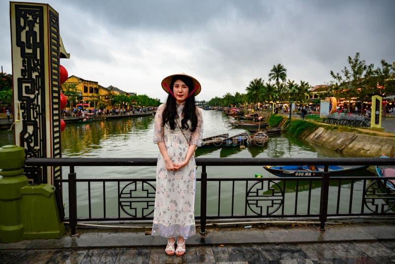 Azjatycka kobieta przy kanałem w turystycznym miejsce przeznaczenia Hoi, Wietnamskie kobiety w Hoi, Wietnam zdjęcie royalty free
