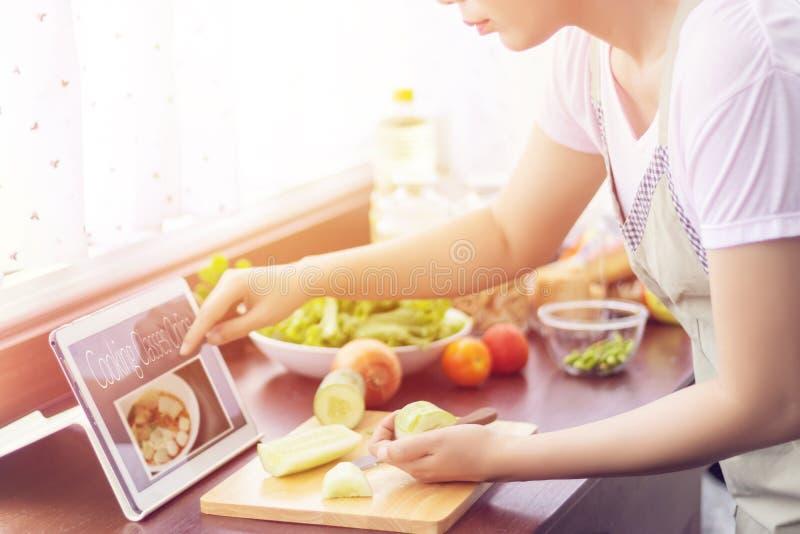 Azjatycka kobieta przygotowywa składniki dla gotować podąża kulinarną klasę fotografia royalty free