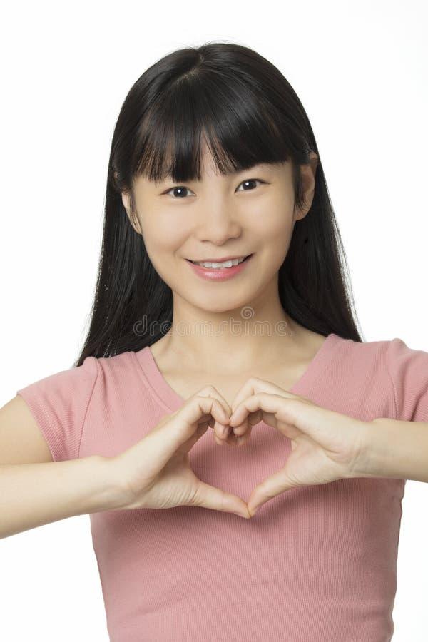 Azjatycka kobieta robi kierowemu kształtowi używać ona ręki obrazy stock