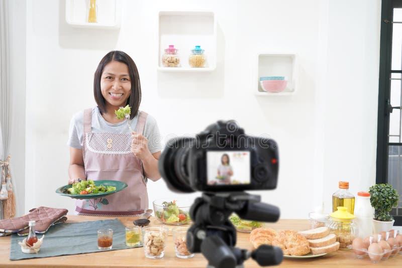 Azjatycka kobieta robi Vlog wideo cyfrowej kamerze dla jej bloga kucharstwa zdjęcia royalty free